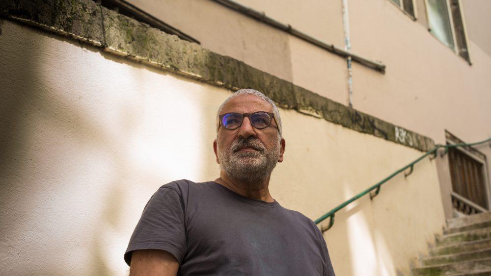 Jean-Marc Attia, créateur de la marque d'upcycling Marron Rouge, photographié par Hugo Lebrun