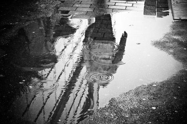 ville sous la pluie et silouhette de femmes
